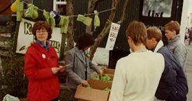 Hómfríður (Día) og Steinunn með basar á Laugaveginum í fjáröflunarskyni 1983