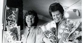Hólmfríður Árnadóttir og Kristín Halldórsdóttir selja blóm í fjáröflunarskyni 1987