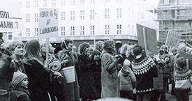 Búsáhöldin barin fyrir framan Alþingi.