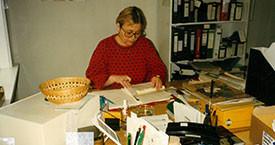 Sigríður Stefánsdóttir að störfum á skrifstofu Veru 1991